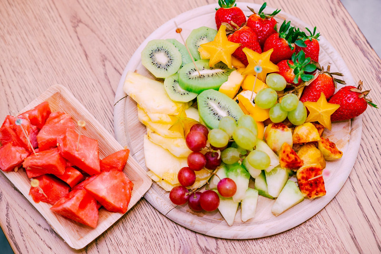 fruit platter with watermelon, grapes, kiwi, pineapple, honeydew, starfruit, strawberries could make your throat itch if you have OAS